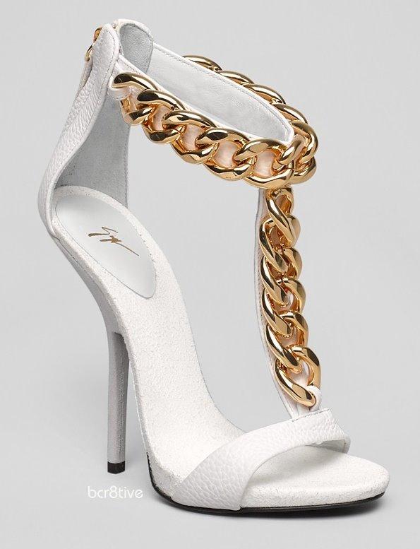 beyaz sarı zincirli açık yazlık ayakkabı modeli