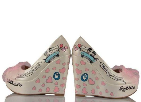 kalp ve nazar boncuğu desenli gelin ayakkabısı