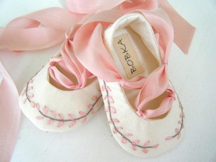 bant detaylı bebek ayakkabı modeli
