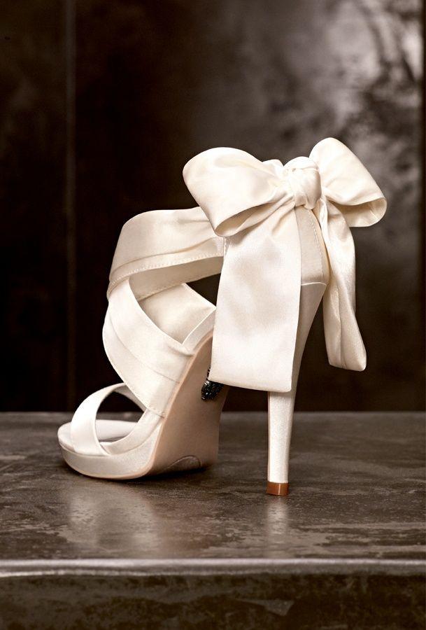 beyaz fiyonklu ayakkabı modeli