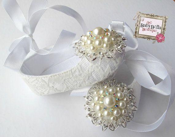 beyaz görkemli bebek ayakkabı modeli