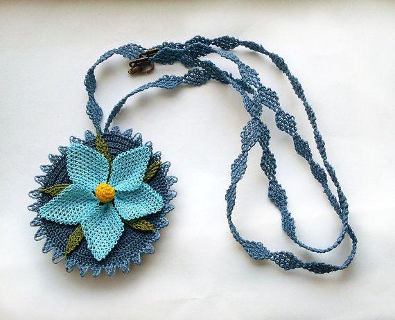iğne oyası mavi çiçekli kolye modeli