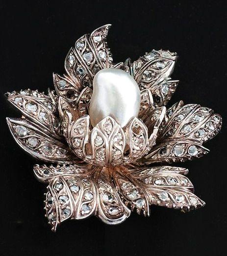 inci detaylı çiçek figürlü broş modeli
