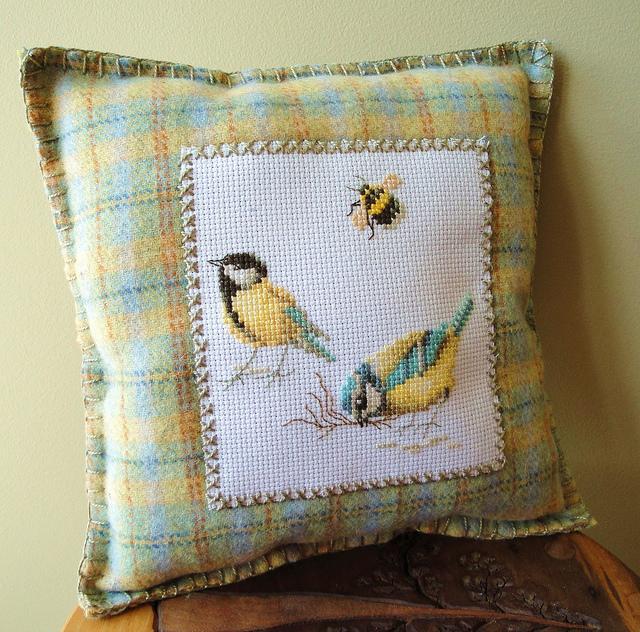 sarı kuş figürlü etamin yastık modeli