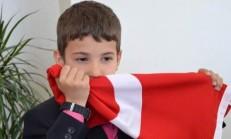Bayrağı Öpen Çocuk Bakın Kim Çıktı..