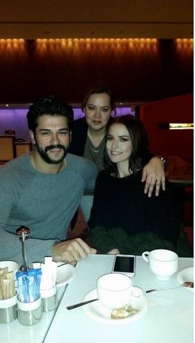 Oyuncu Fahriye Evcen ve kız kardeşi