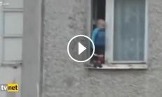 7. Katın Penceresine Çıkan Çocuk İzleyenlerin Yüreklerini Ağzına Getirdi