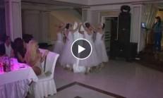 Gelinin Piste Girişi ve Arkadaşları ile Yaptığı Muazzam Dans
